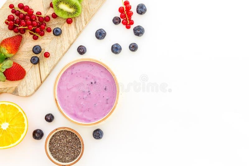 Préparation du smoothie sain de fruit Bol de smoothie d'Acai près de planche à découper avec des fruits frais, baies, graines de  photographie stock