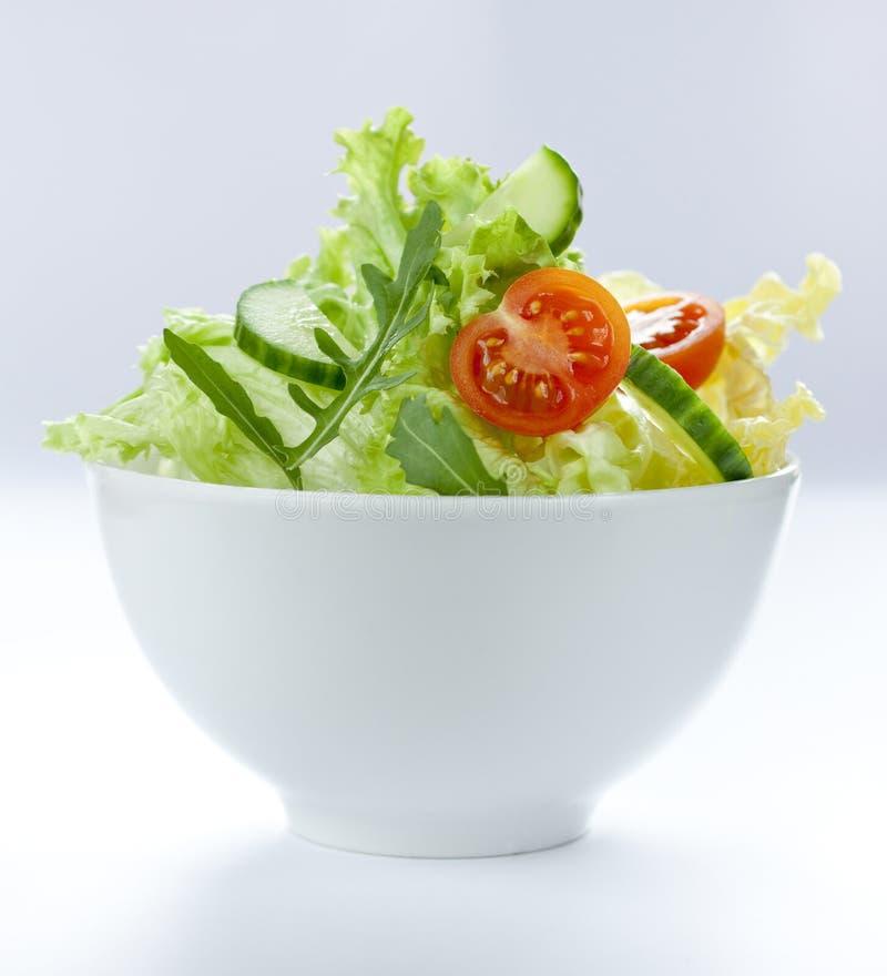 Préparation fraîche de salade avec des tomates-cerises dans une cuvette blanche photo stock