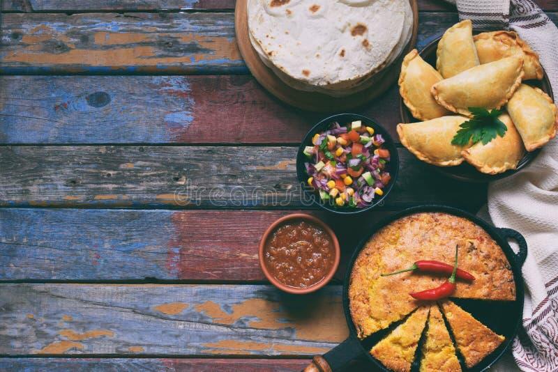 Préparation mexicaine de nourriture - tacos, cornbread, Salsa avec de la sauce à tomate, à oignon rouge, à chaux, à cilantro, à m photo stock