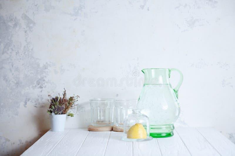 Préparation pour faire cuire la limonade Frais, boisson régénératrice d'été Carafe avec l'eau, le verre et le citron sur le fond  image libre de droits