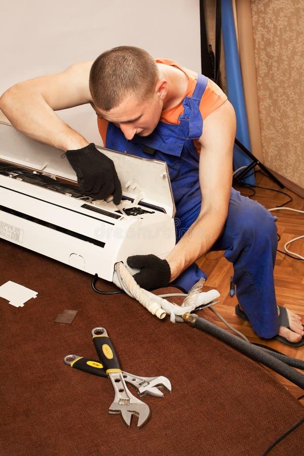 Préparation pour installer le climatiseur neuf photo libre de droits