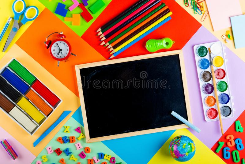 Préparation pour l'école et la formation des enfants à l'école primaire photos stock