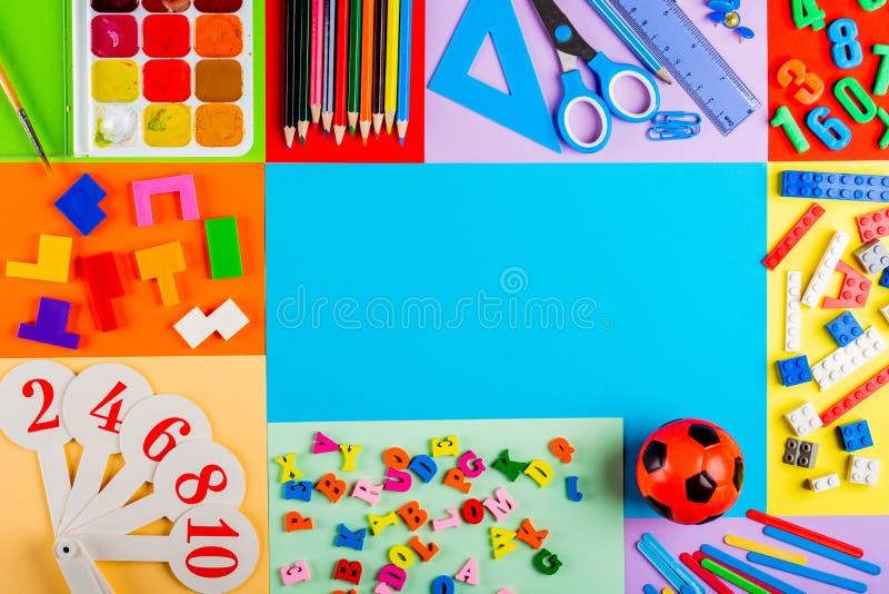 Préparation pour l'école et la formation des enfants à l'école primaire images stock