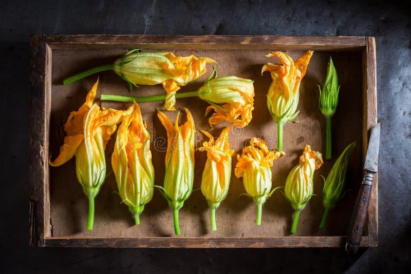 Préparation pour la fleur rôtie croustillante de courgette faite en pâte lisse de crêpe photographie stock