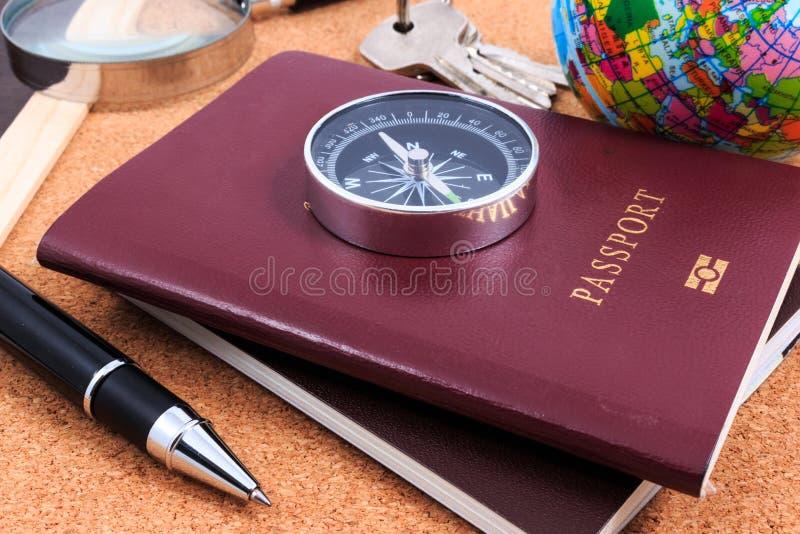 Préparation pour le voyage, boussole, passeport, stylo, loupe et dedans photo libre de droits