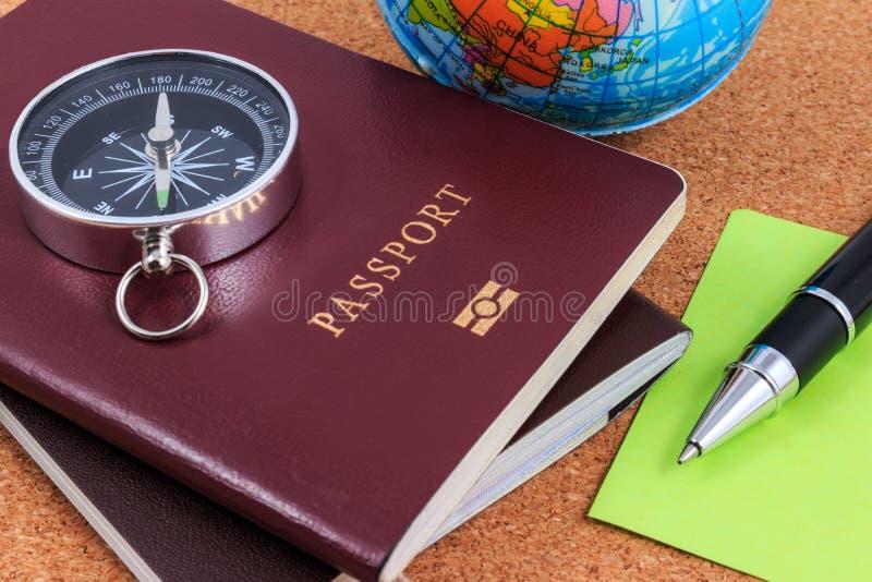 Préparation pour le voyage, la boussole, le passeport, le stylo et l'OE gonflable photographie stock libre de droits