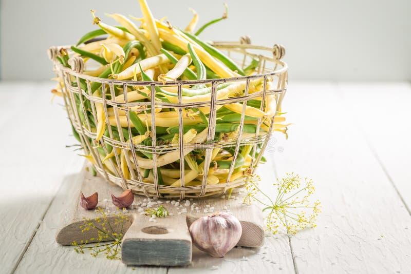 Préparation pour les haricots jaunes et verts marinés dans le panier images libres de droits