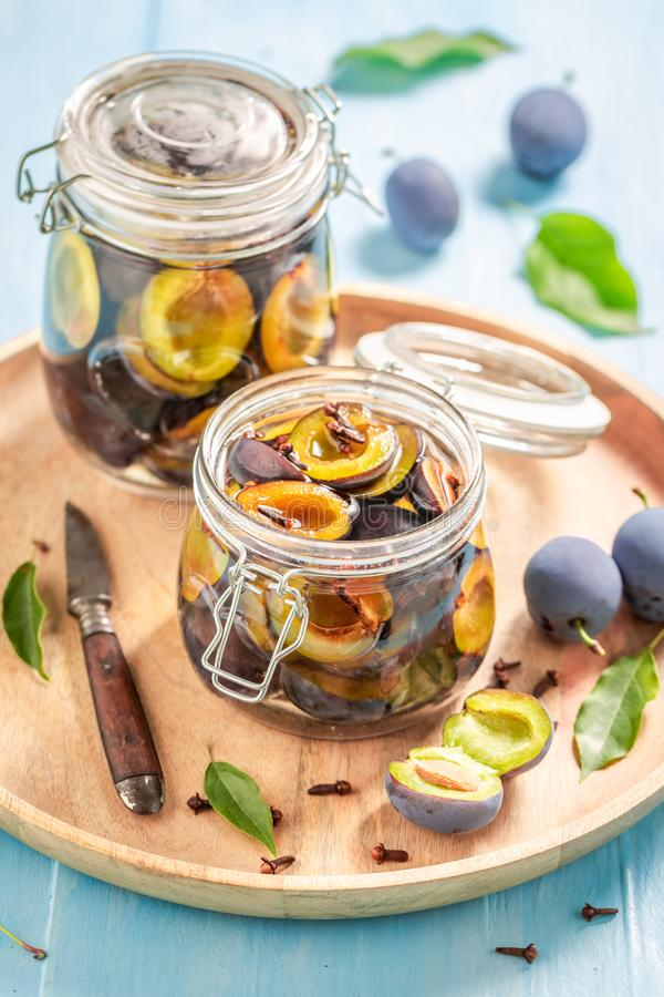 Préparation pour les prunes pourpres marinées dans le pot photos libres de droits