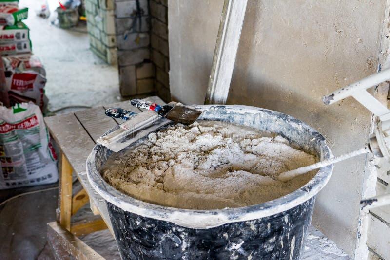 Préparation pour plâtrer les murs à l'intérieur du salon photographie stock libre de droits