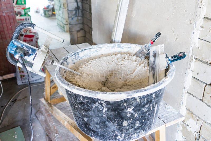 Préparation pour plâtrer les murs à l'intérieur du salon photos libres de droits