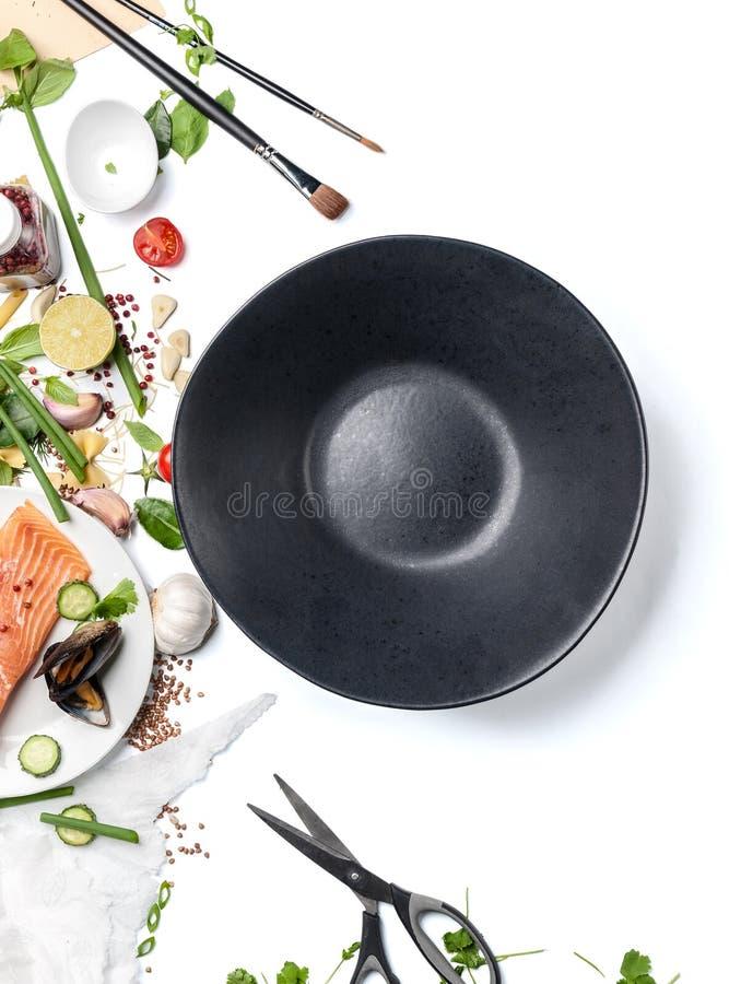 Préparation pour servir le plat : ingrédients et plat vide dessus images libres de droits