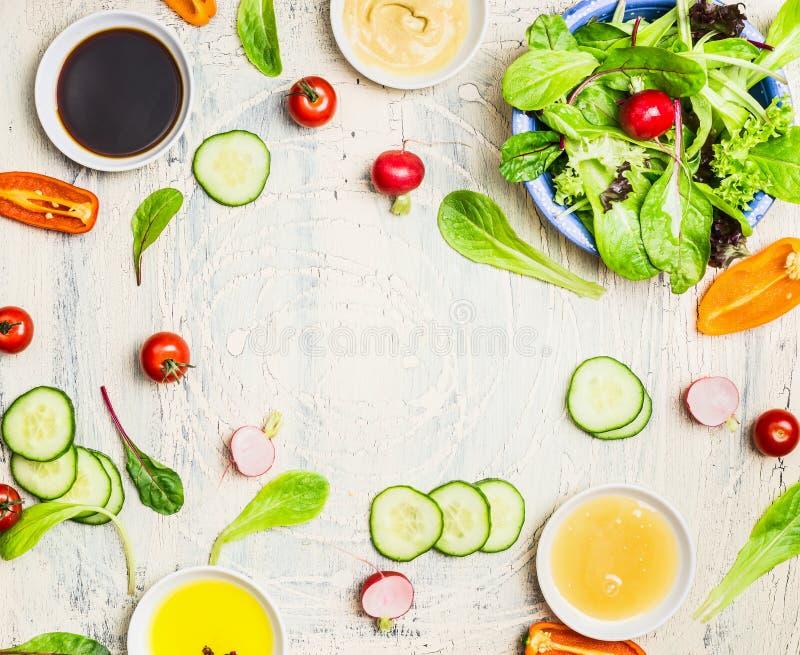 Préparation savoureuse de salade et de sauce d'été sur le fond rustique clair, vue supérieure, cadre Style de vie sain images libres de droits