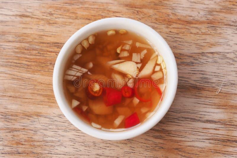 Préparation thaïlandaise de sauce à poissons de style avec l'épice et l'ail pour faire le TAS de nourriture photo libre de droits