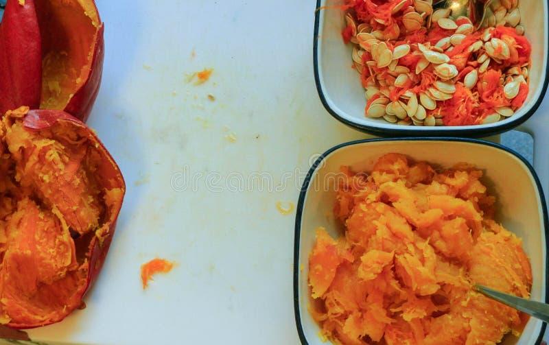 Préparation traditionnelle de tarte de potiron avec remplir, pâte et ingrédients sur le fond rustique foncé, vue supérieure, rétr image stock