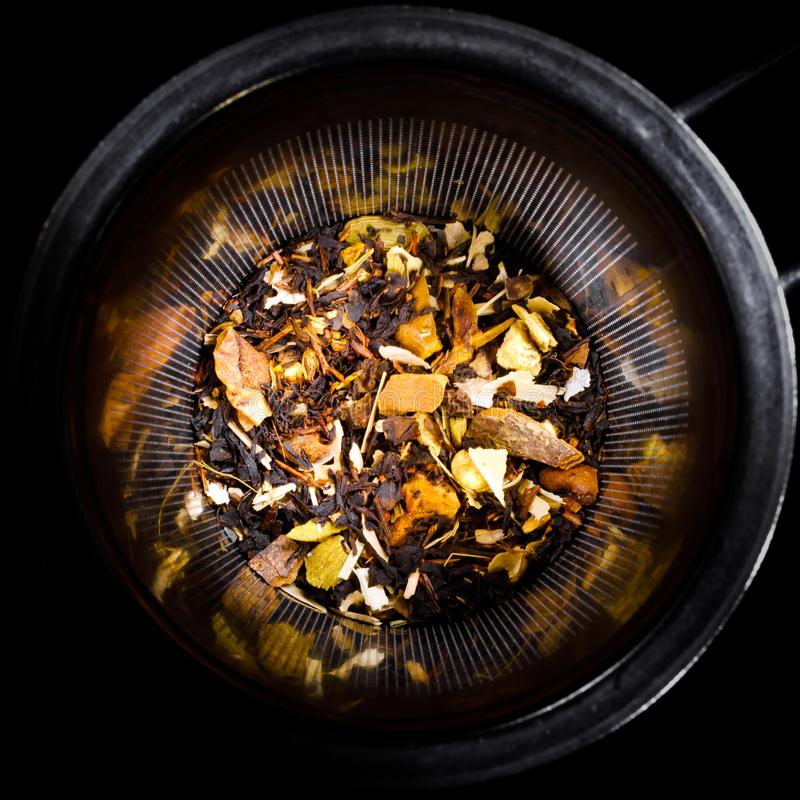 Préparation tropicale de fruits secs dans le tamis de thé image libre de droits