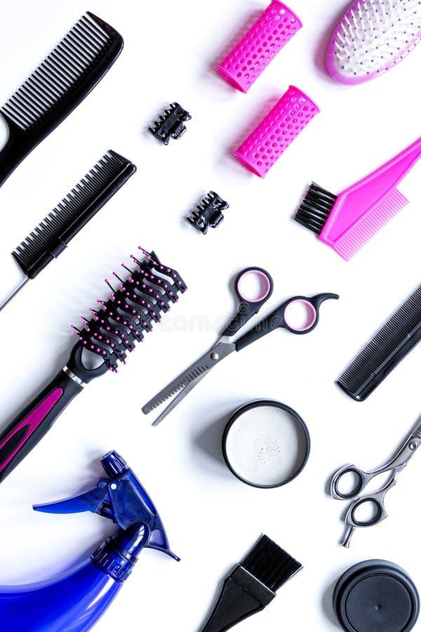 Préparations pour dénommer des cheveux sur la vue supérieure de fond blanc photo stock
