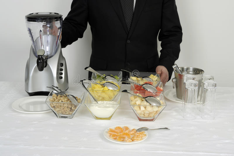 Préparer des smoothies pour un buffet image stock