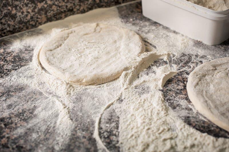 Préparer la pâte fraîche pour la pizza Procédé de cuisson image stock