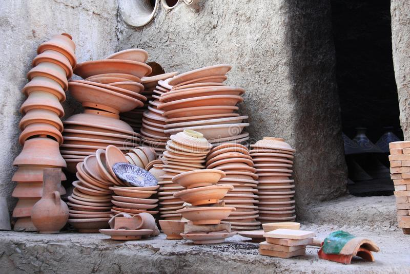 Préparer la poterie d'argile pour mettre le feu dans le four d'adobe, Fez, Maroc photos stock