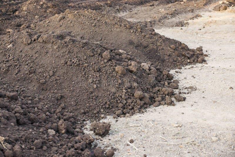 Préparer la terre pour l'agriculture photos stock