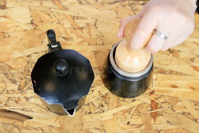 Préparer le cafè moulu dans l'unité de brew pour le brassage photos libres de droits