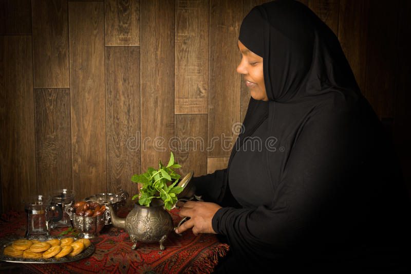 Préparer le thé pour Ramadan photo stock