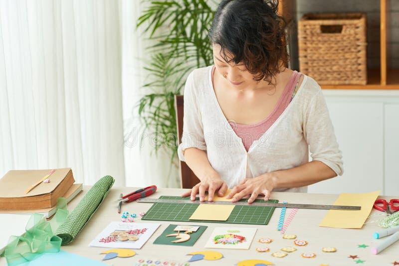 Préparer les cartes de voeux faites main pour des amis image stock