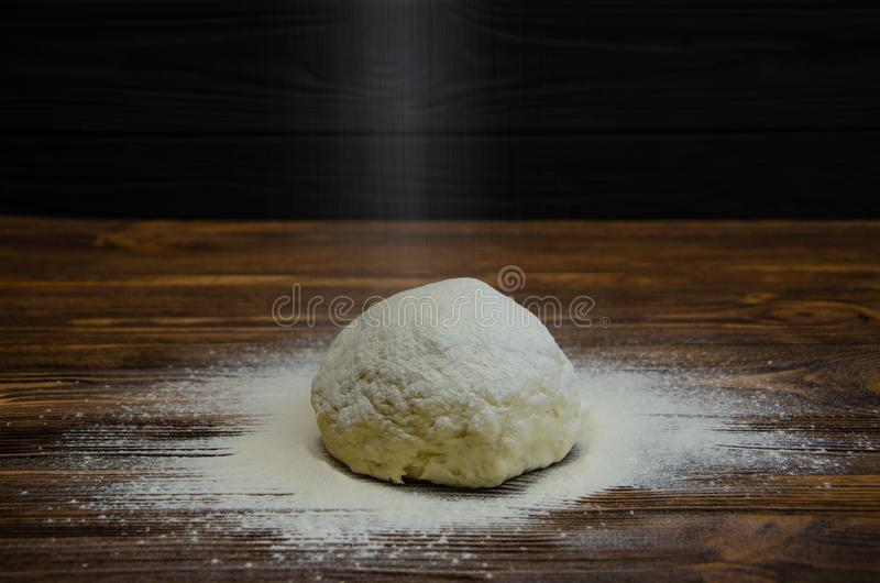 Préparez la pâte pour la cuisson images stock