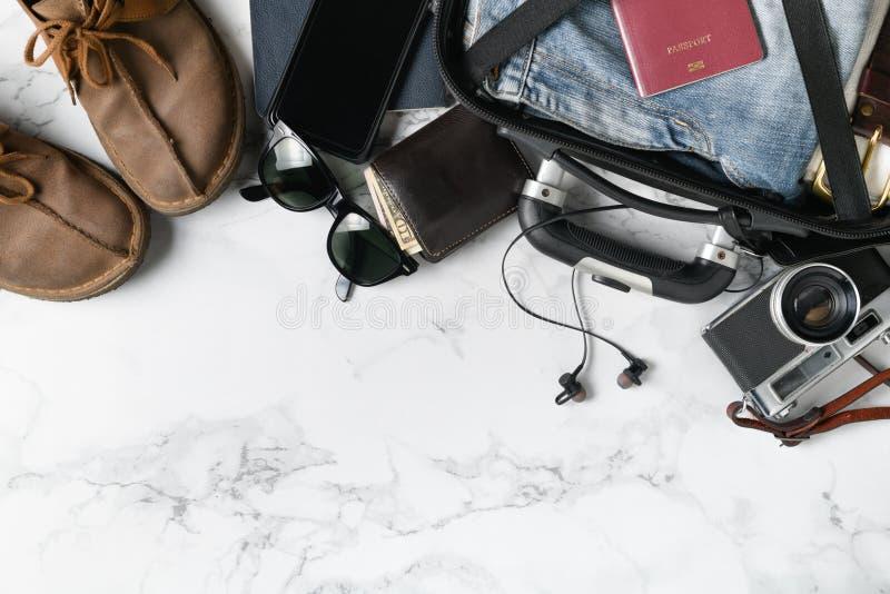 Préparez les accessoires de valise et les articles de voyage photos stock