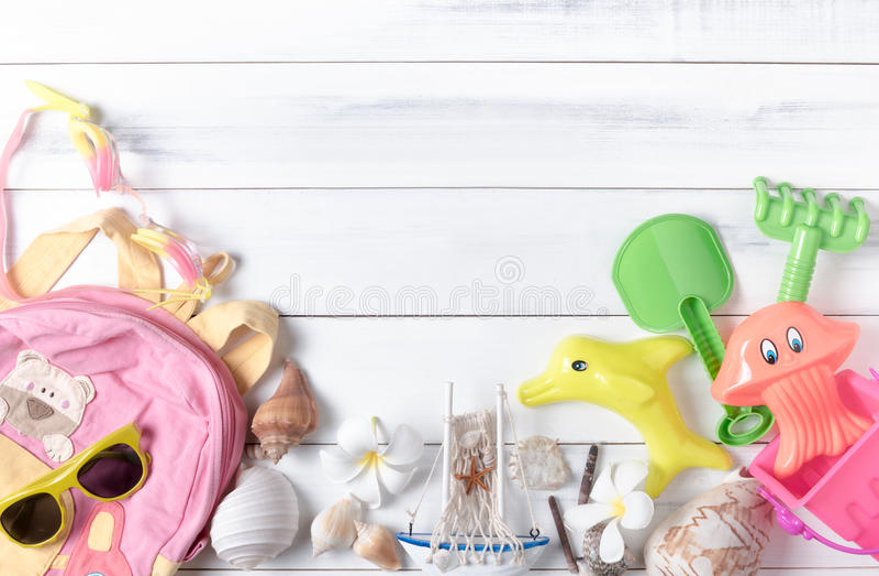 Préparez les accessoires et les articles de voyage pour l'enfant photographie stock