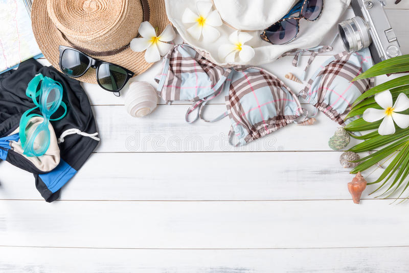 Préparez les accessoires et les articles de voyage pour le voyage d'été image stock