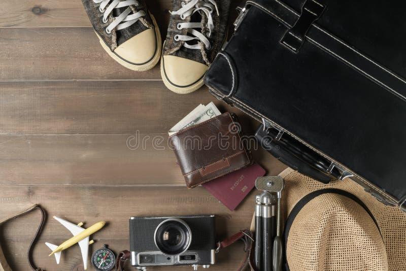 Préparez les accessoires pour le voyage sur le ton de vintage image stock