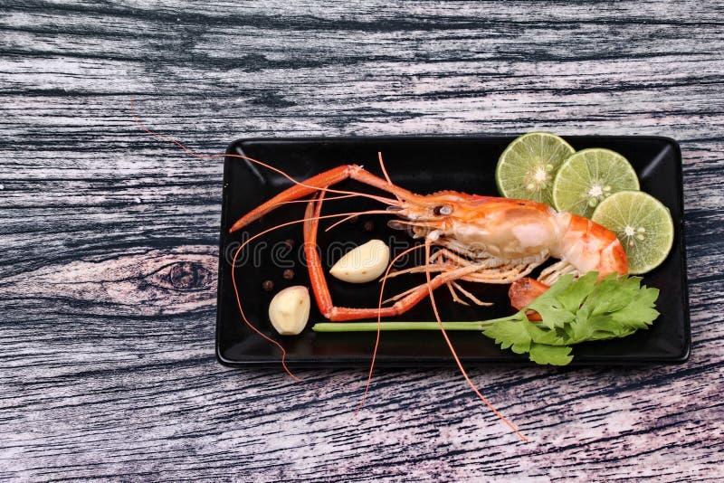 Download Préparez Les Grandes Crevettes Roses Fraîches Coulées Et L'herbe Aigre épicée Image stock - Image du poivre, cuisine: 87705595