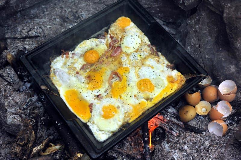 Préparez pour des oeufs de petit déjeuner au plateau photo stock