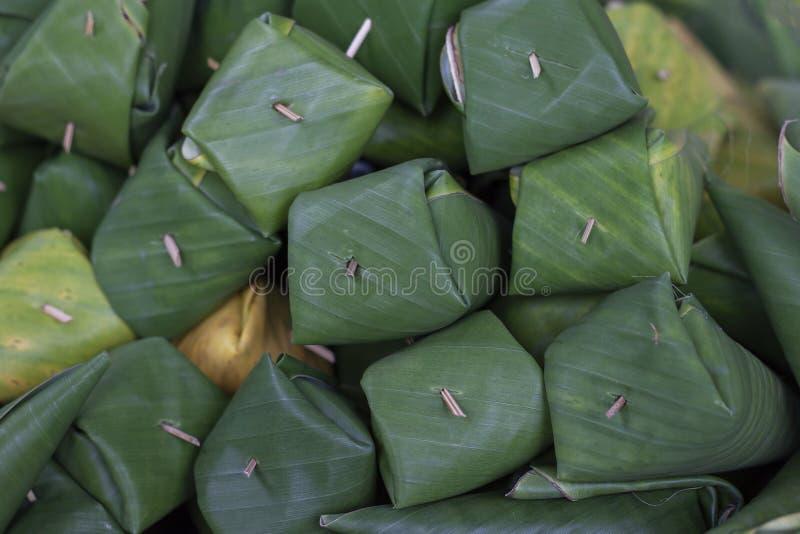 Préparez pour faire Grilled le riz que visqueux bourré enveloppé dans la banane part du cinglement de Khao Niao d'appel de person photo stock