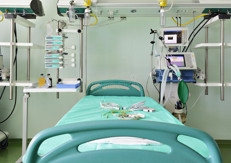 Préparez pour recevoir le bâti du patient dans l'icu images libres de droits