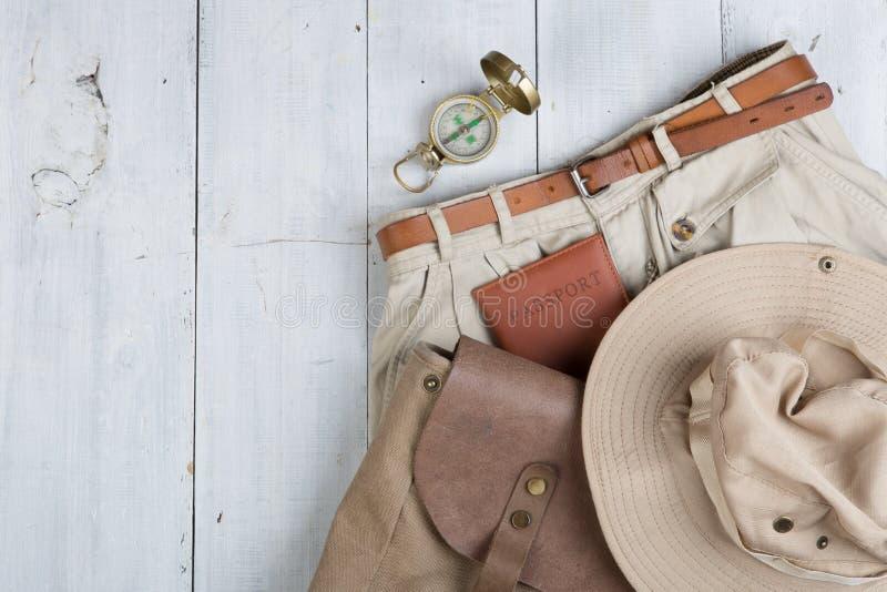 Préparez-vous au voyage dans le style de l'Afrique - des accessoires et des articles de voyage, en emballant des vêtements dans l photo stock