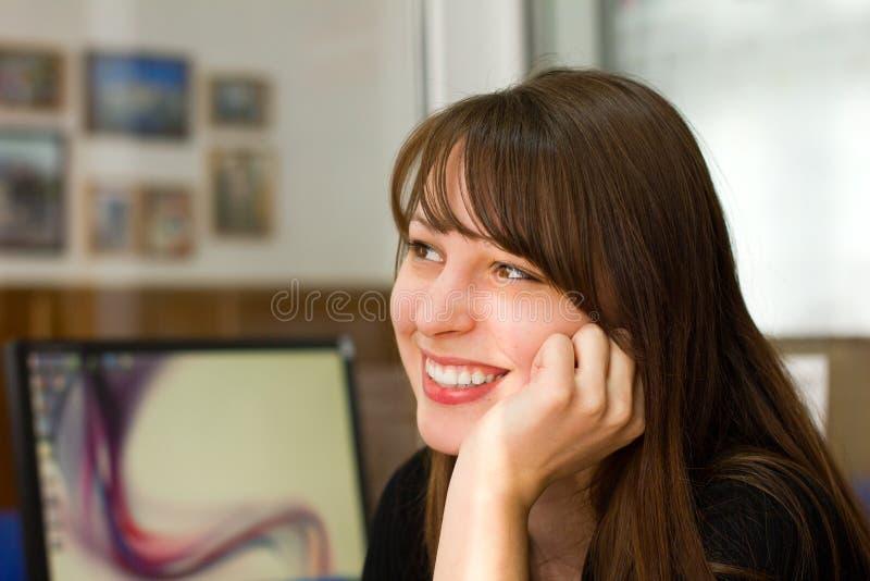 Préposée de bureau de sourire de beau jeune brunette images libres de droits