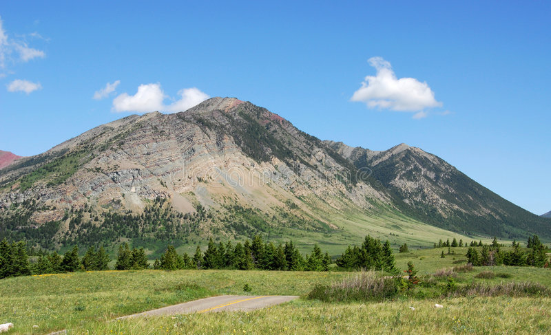 Prés aux montagnes image stock