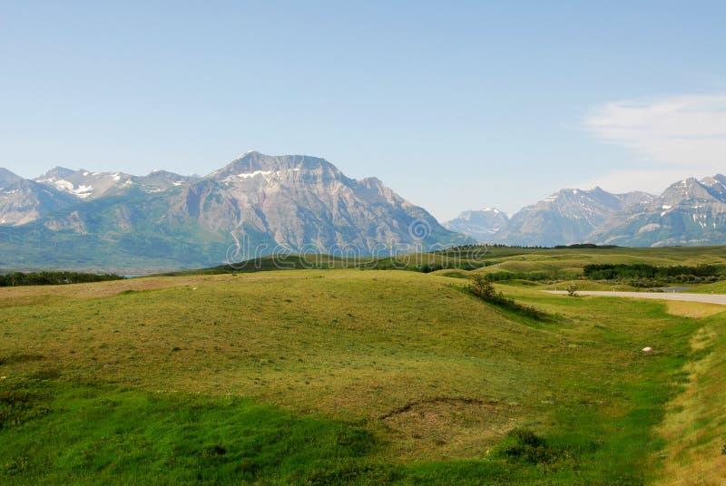 Prés aux montagnes photos stock