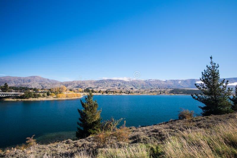 prés bleus de lac et de champ photos libres de droits