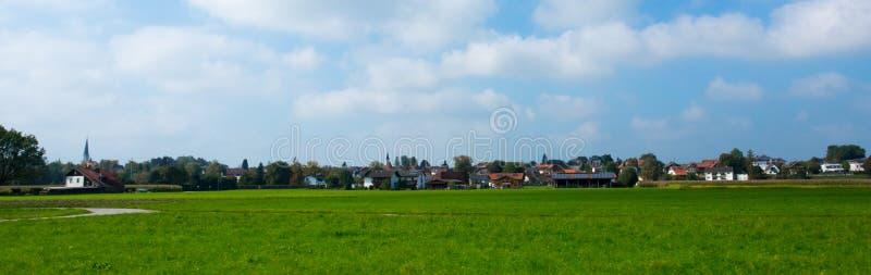 Prés vert clair et ciel bleu image libre de droits