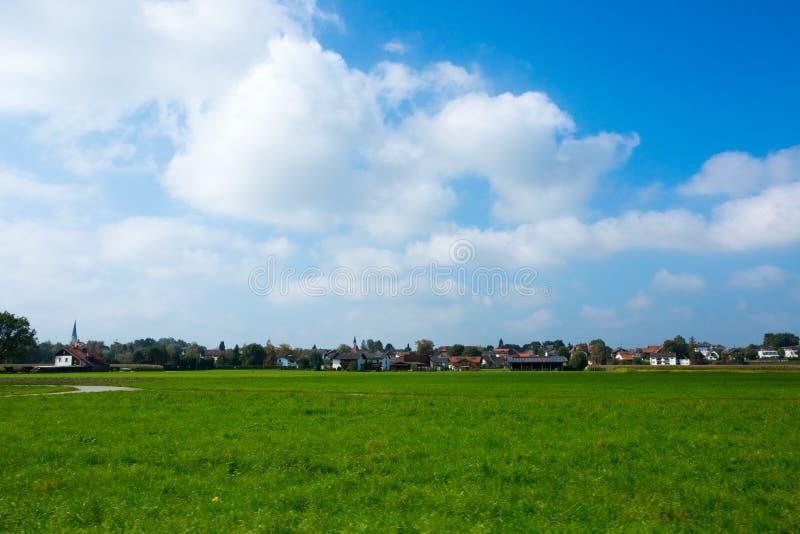 Prés vert clair et ciel bleu photo stock
