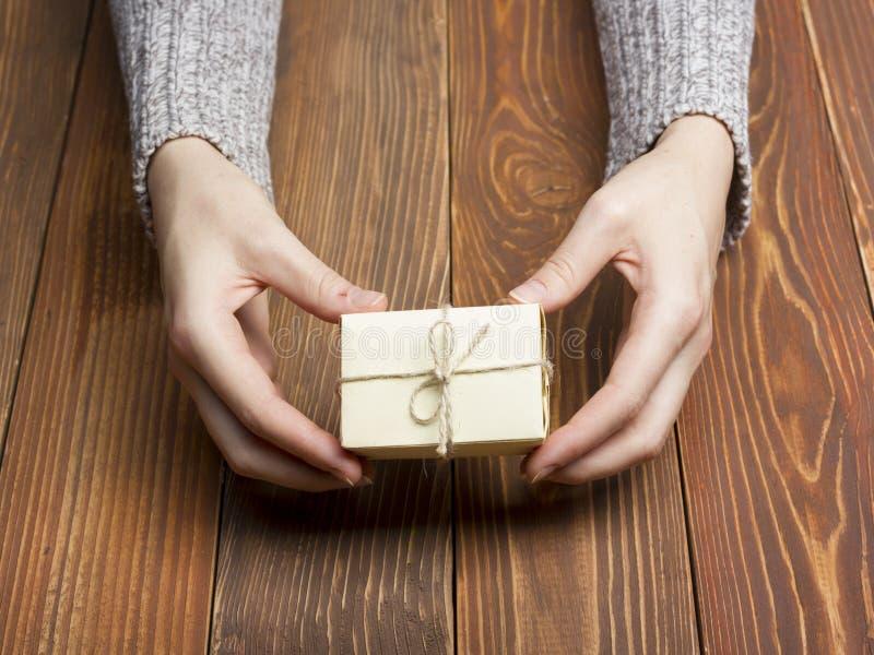 Présent, cadeau Fermez-vous de se tenir femelle de mains images stock