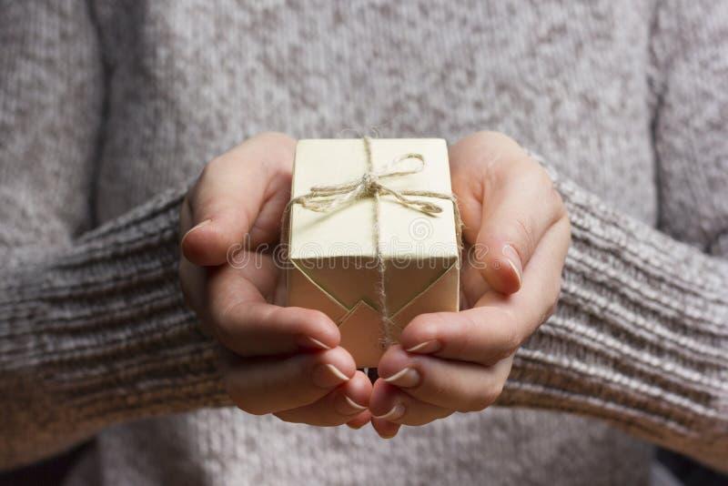 Présent, cadeau Fermez-vous de se tenir femelle de mains photo stock