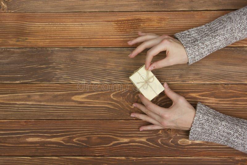 Présent, cadeau Fermez-vous des mains femelles tenant le petit cadeau photos libres de droits
