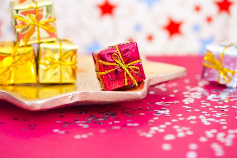 Présent, décoration minuscules de Noël et de réception photos stock