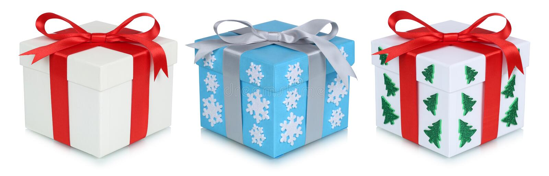 Présent de boîte-cadeau de cadeaux de Noël d'isolement sur le blanc photo libre de droits
