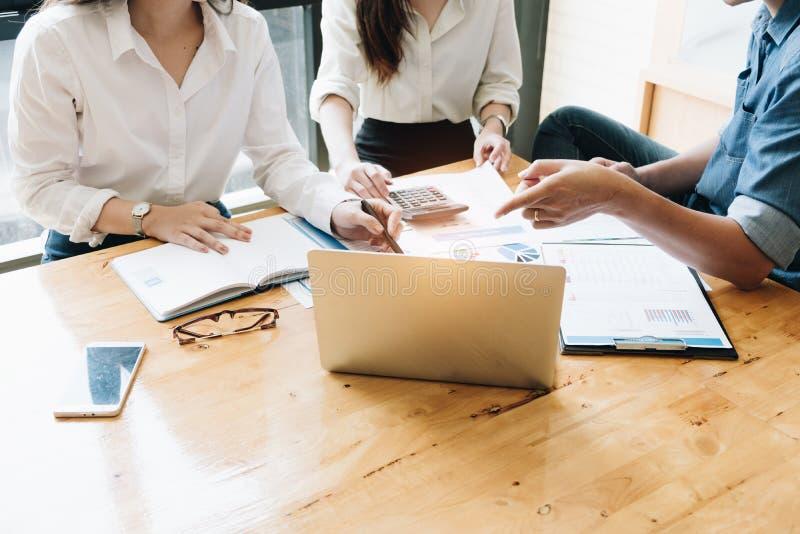 Présent de Team Meetings d'affaires, gens d'affaires rencontrant Conferen photographie stock