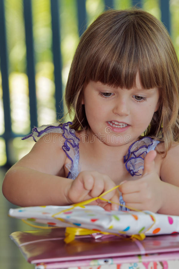 Présent s'ouvrant d'enfant photos libres de droits